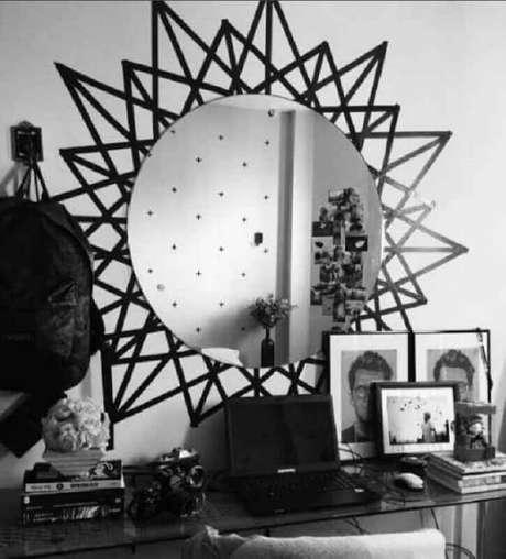 29. Decoração com fita isolante preta formando moldura para espelho redondo – Foto: Decoração e Arte
