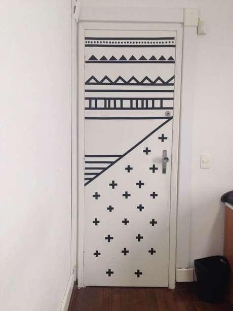 30. Decoração com fita isolante preta para porta branca – Foto: Pinterest