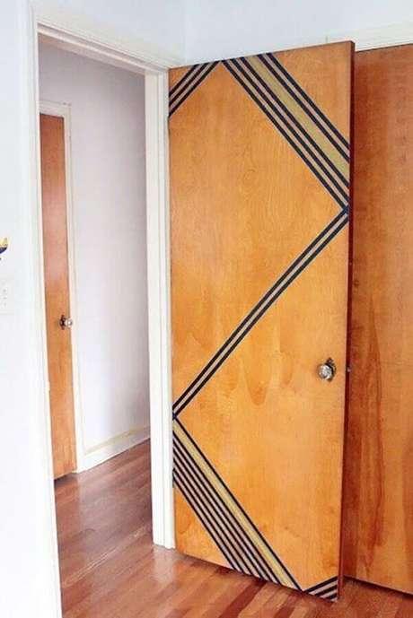 4. Decoração com fita isolante preta para porta de madeira – Foto: Odyssey