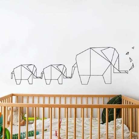 31. Delicada decoração com fita isolante com silhueta de elefantinhos para quarto de bebê com berço de madeira – Foto: Lowe's Canada