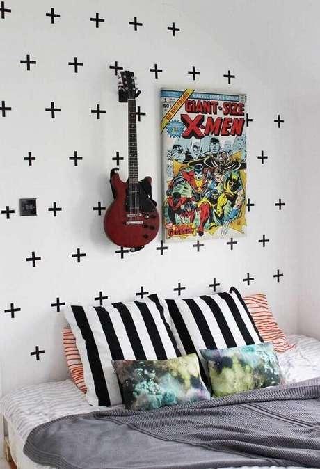 32. Decoração de parede com fita isolante preta para quarto de jovem – Foto: Pinterest