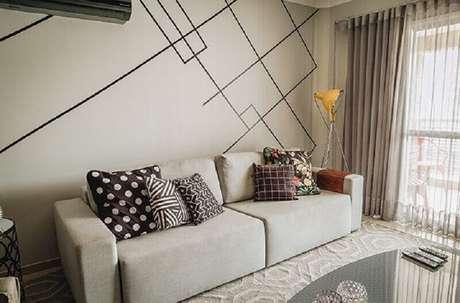 34. Parede decorada com fita isolante preta para sala de estar cinza – Foto: Casa e Festa