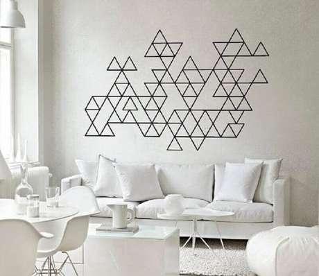 35. Sala toda branca com decoração com fita isolante preta – Foto: Pinterest