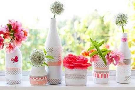 35. Decoração de garrafas decoradas brancas com renda para vasos de flor