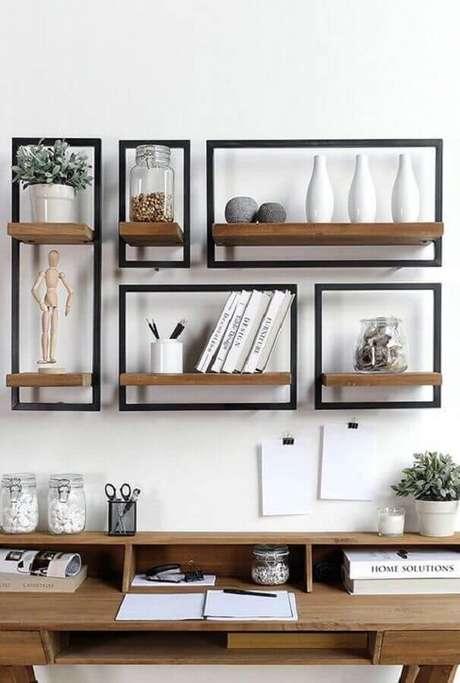 6. Ideia criativa com decoração de parede com fita isolante ao redor de prateleiras de madeira – Foto: Conexão Cool