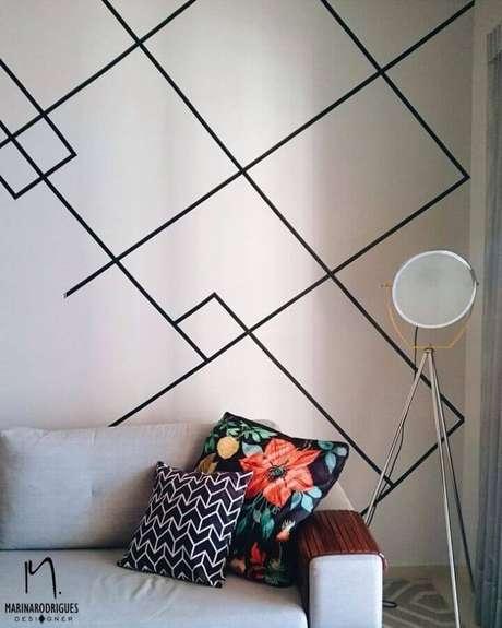 38. Invista nos formatos geométricos para a decoração de parede com fita isolante – Foto: Marina Rodrigues