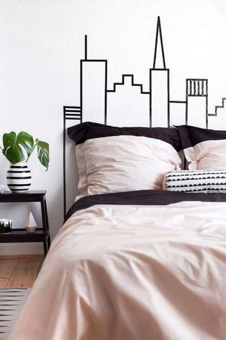 5. Decoração de quarto com fita isolante formando a silhueta de uma cidade na cabeceira da cama – Foto: Pinterest