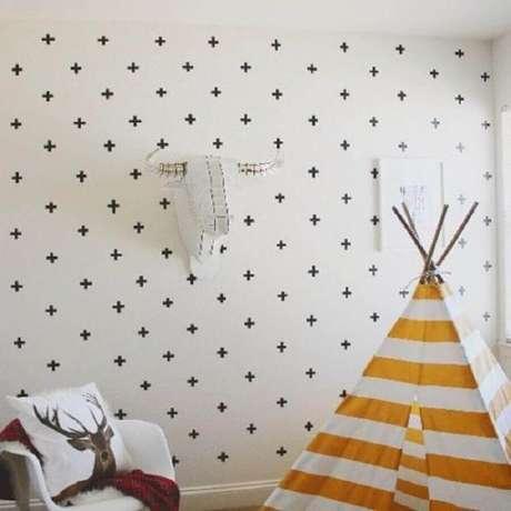 40. Decoração de quarto com fita isolante preta formando pequenas cruzes – Foto: Pinterest