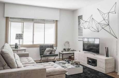 43. Decoração de sala de estar com fita isolante preta – Foto: Marina Rodrigues