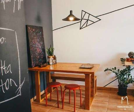 8. Sala de jantar com decoração com fita isolante – Foto: Marina Rodrigues