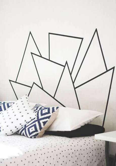 45. Decoração simples para quarto com fita isolante preta na cabeceira – Foto: Ideias de Casa
