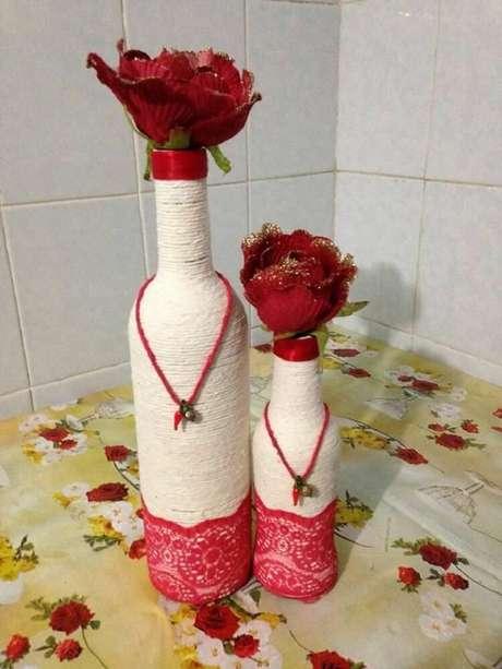 15. Garrafas decoradas com barbante e renda vermelha