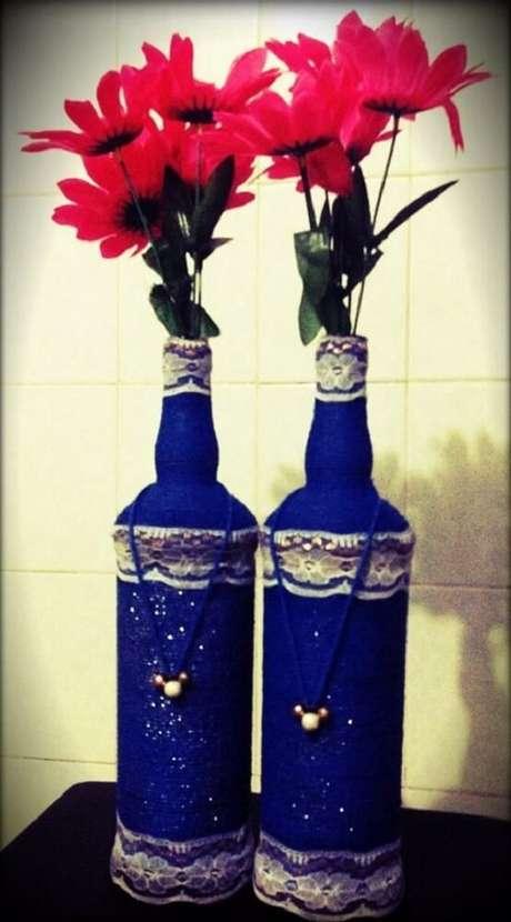 26. Garrafas decoradas com renda e pintada de azul