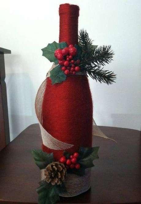 18. Garrafas decoradas em vermelho são ótimas para o Natal