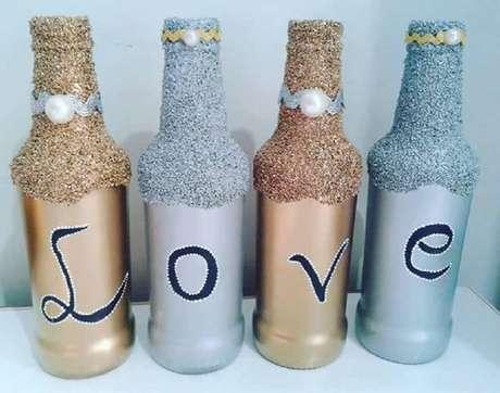 33. Garrafas decoradas com glitter e escrito LOVE