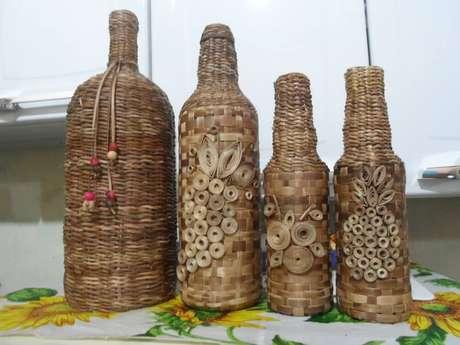 24. Garrafas decoradas com palha de bananeira