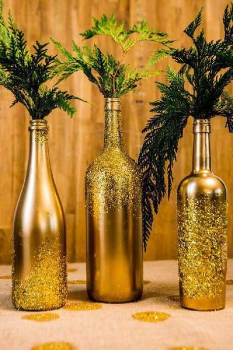 6. Garrafas decoradas com tinta dourada e glitter