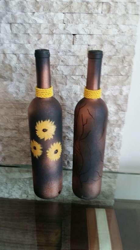 20. Garrafas decoradas com tinta fosca e flores pintadas