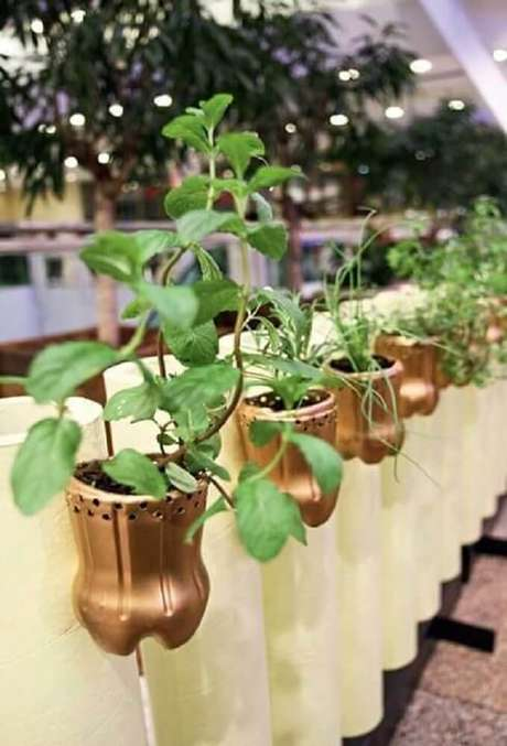 28. Garrafas decoradas em dourado para horta