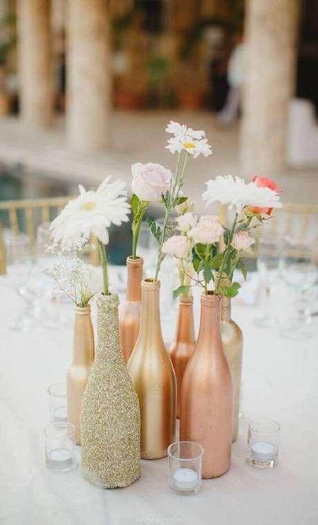19. Lindas garrafas decoradas em tom de cobre para casamento