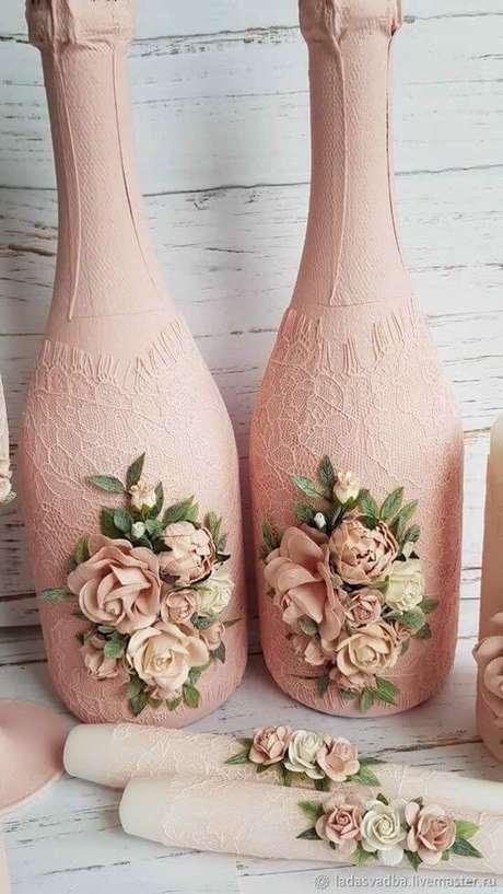 43. Rendas são ótimas para elaborar garrafas decoradas. Foto: Dicas Práticas