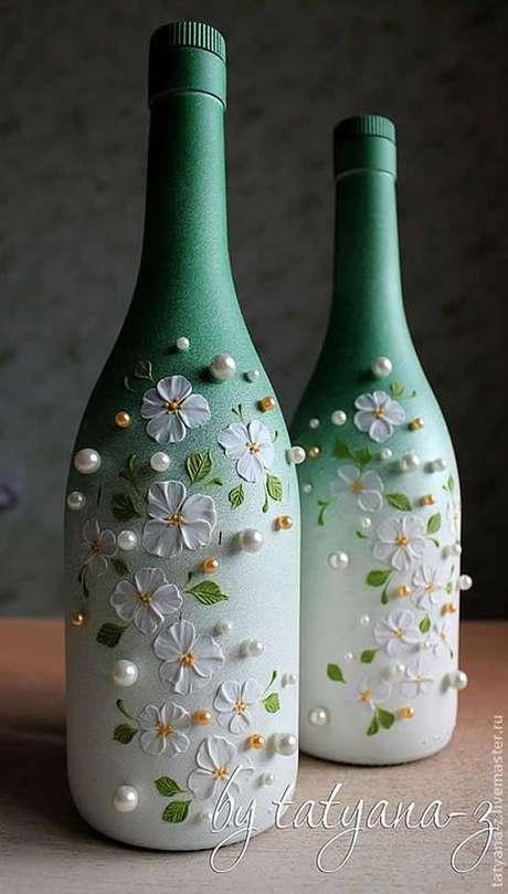 38. Garrafas decoradas com flores são delicadas. Foto: Como Fazer em Casa