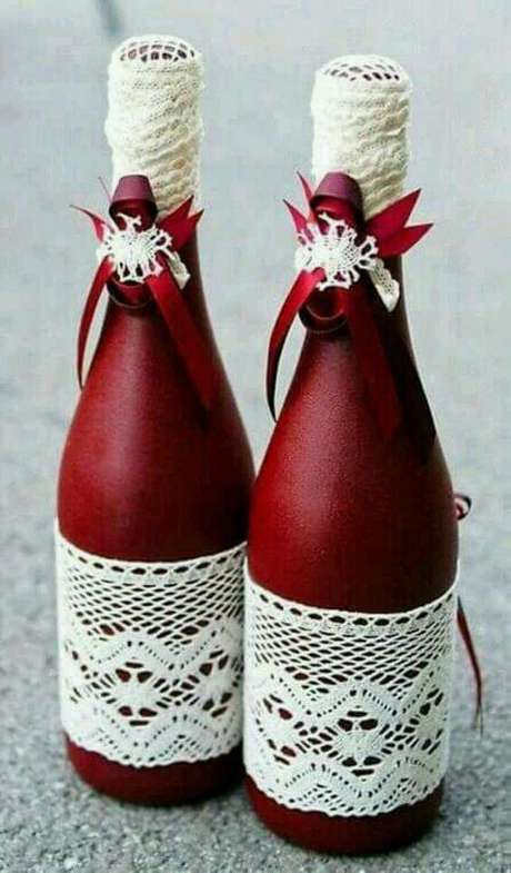 45. Garrafas decoradas em vermelho são ótimas para o natal. Foto: Revista Artesanato