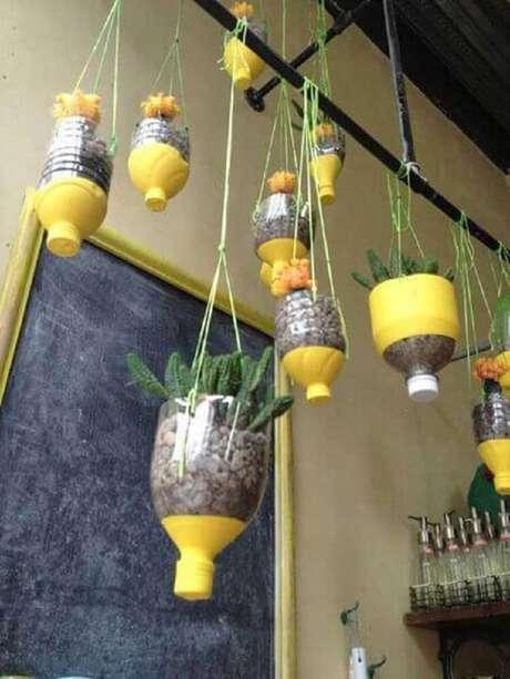 16. Garrafas decoradas para jardim suspenso