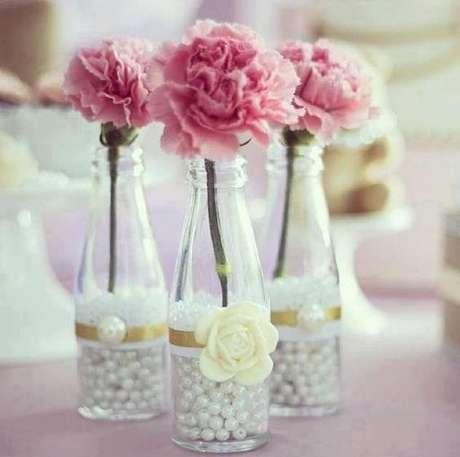 30. Delicadas garrafas decoradas com rendas e perolas