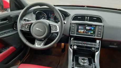 O cockpit é perfeito, com excelente ergonomia e comandos fáceis de operar.