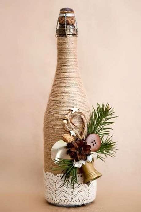 34. Garrafas decoradas com barbante e renda são lindas para festas.