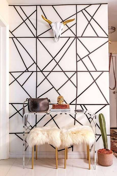 47. Parede decorada com fita isolante com figuras geométricas – Foto: Archidea