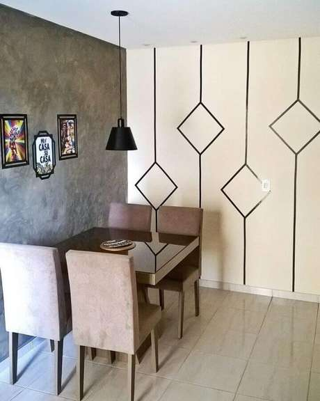 50. Parede decorada com fita isolante para sala de jantar com parede de cimento queimado – Foto: Apê do J&S