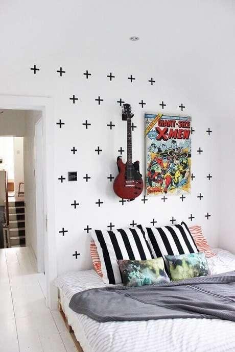 7. As formas geométricas são as mais utilizadas por quem busca inspiração de decoração de parede com fita isolante – Foto: Viajando no Apê