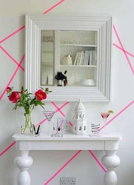 53. Decoração com fita isolante rosa para parede branca – Foto: Pinosy