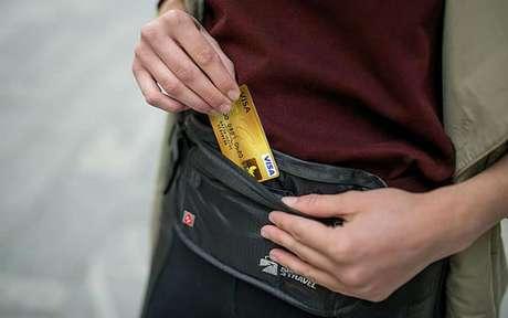 Pochete de viagem é um ótimo item de segurança (Imagem/Internet)