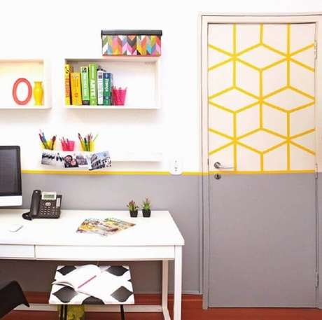 54. Porta decorada com fita isolante amarela – Foto: Vivianne Pontes