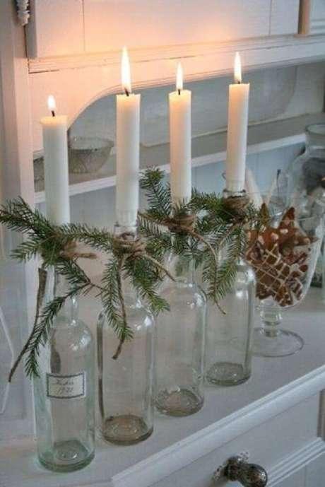 8. Castiçal feito com garrafas decoradas.