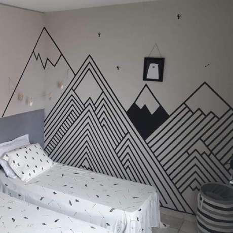 55. Decoração com fita isolante preta para quarto infantil com silhueta de montanhas – Foto: Decorando meu Alugado