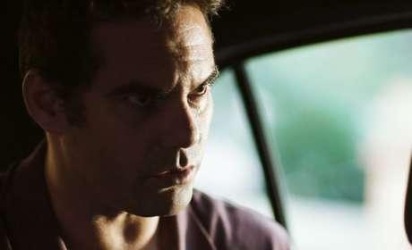 """O ator em cena como o miliciano Cabo Góes: """"O Estado precisa olhar mais para as pessoas"""""""