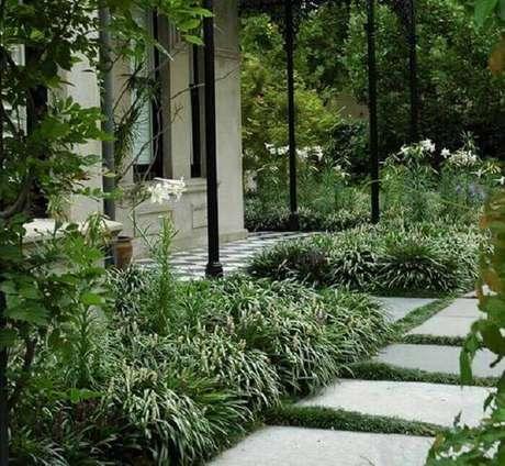 45. A grama do tipo preta foi plantada para preencher os espaços entre as placas de concreto. Fonte: Pinterest