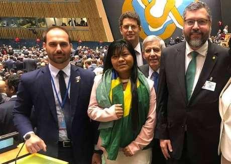 Ysani Kalapalo (centro) na Assembleia-Geral da ONU, acompanhada de Eduardo Bolsonaro, o ministro Ricardo Salles, o general Augusto Heleno e o chanceler Ernesto Araújo