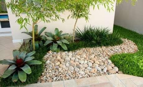 52. Jardim pequeno com bromélias, grama do tipo preta e pedras. Fonte: Pinterest