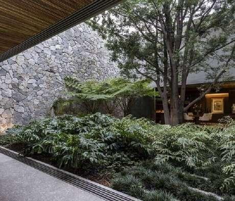 47. Jardim de inverno com vegetação abundante. Fonte: Archdaily