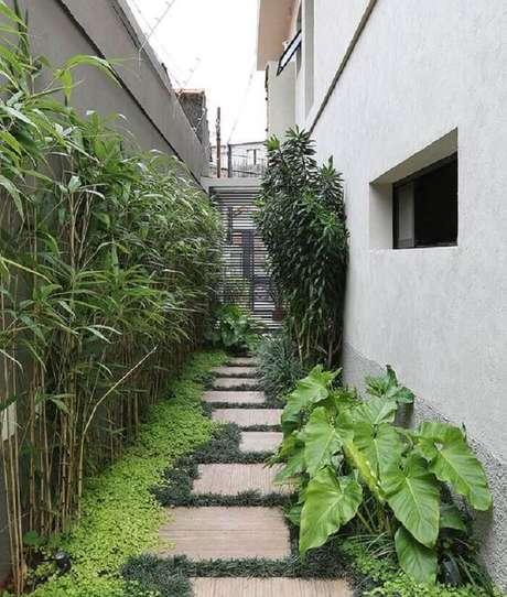 32. Corredor lateral da casa conta com a presença da grama preta. Fonte: Casa da Valentina