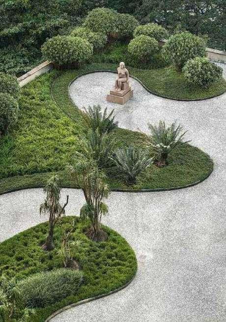 12. A grama preta pode fazer toda a diferença na composição do seu jardim. Fonte: Pinterest