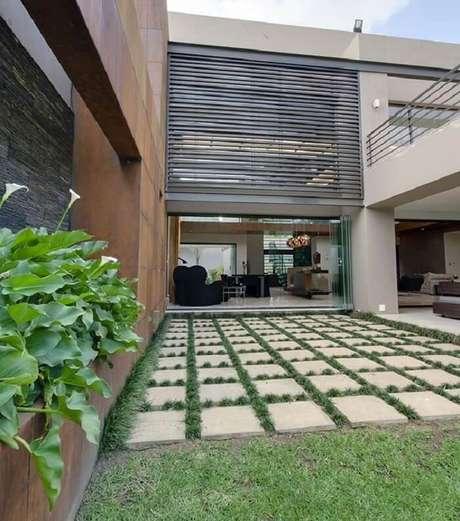 14. A grama preta se desenvolve super bem por entre as placas de concreto. Fonte: Pinterest