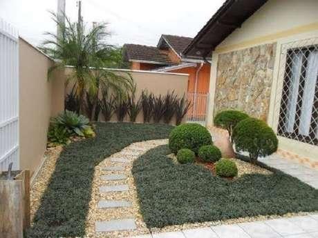 15. A parte externa desta casa recebeu a presença da grama preta no jardim. Fonte: Pinterest