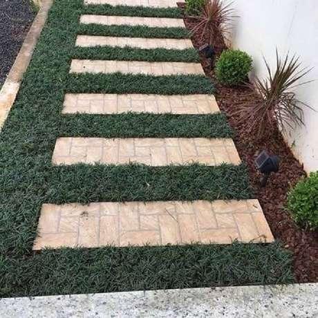 18. As mudas de grama preta complementam os espaços no jardim. Fonte: Pinterest