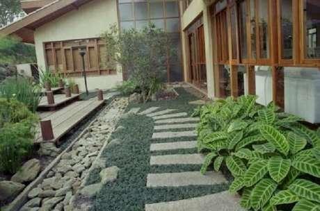 38. Caminho lateral da casa feito com pedras e grama preta. Fonte: Pinterest